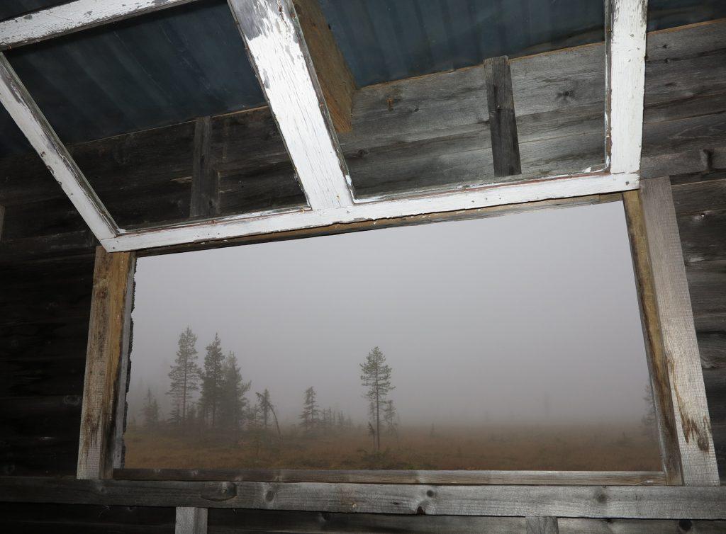 Tåken ligger tykk utenfor vinduet i jakttårnet.